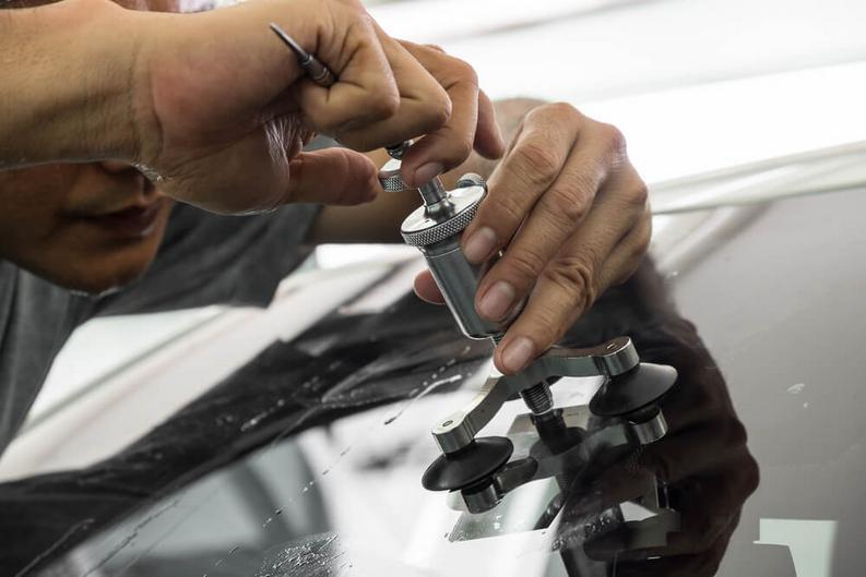 механик полирует стекло